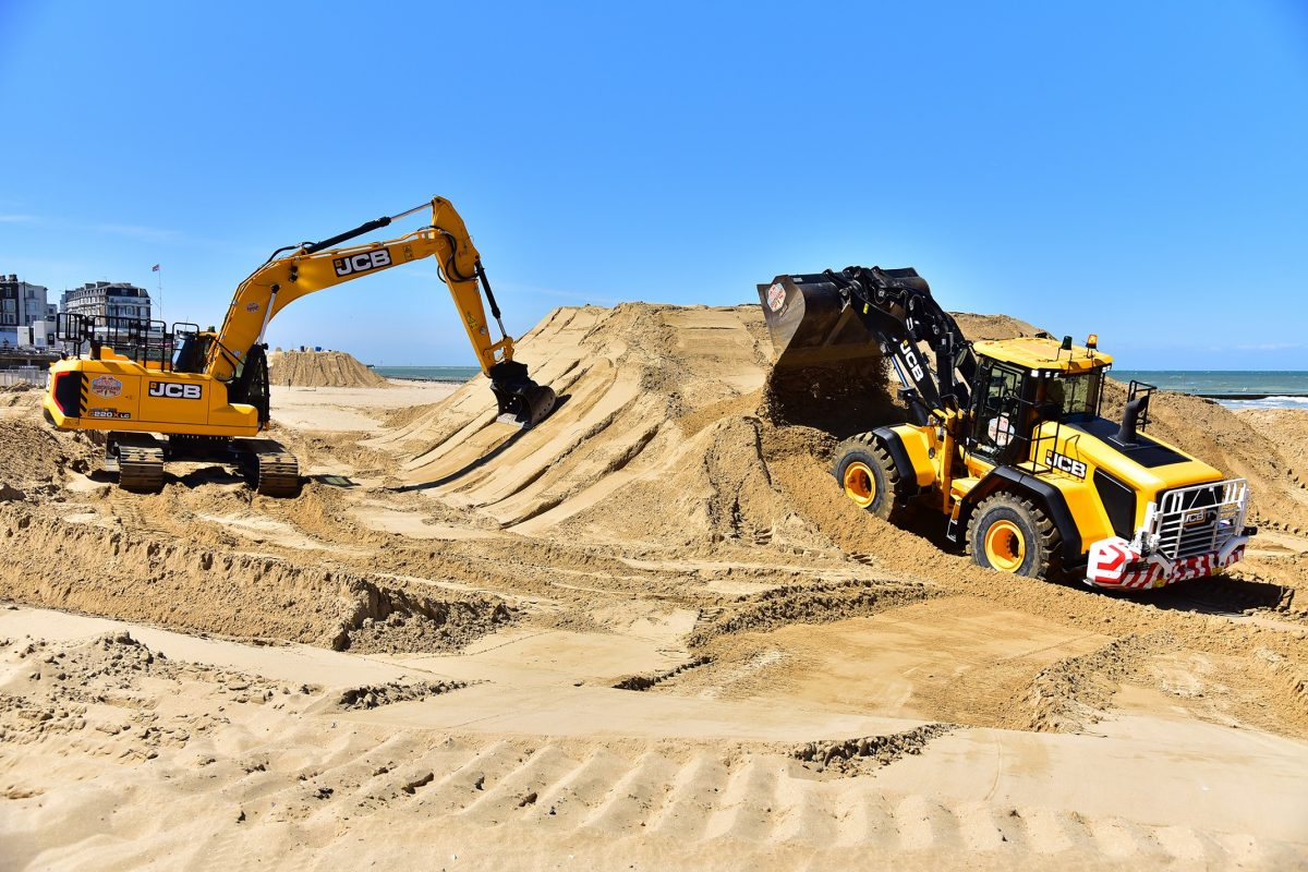 costruire castelli di sabbia con l'escavatore Jcb-x-series-excavators-headed-to-the-beach-for-the-red-bull-quicksand-races