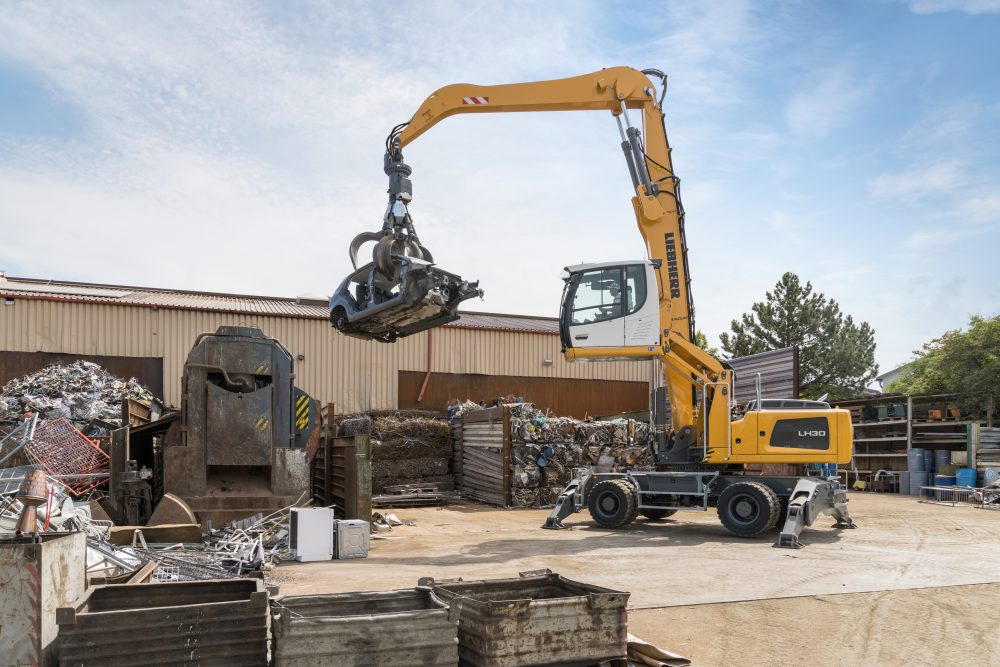 The LH 30 M material handler provides impressive precision operation with speed and efficiency.